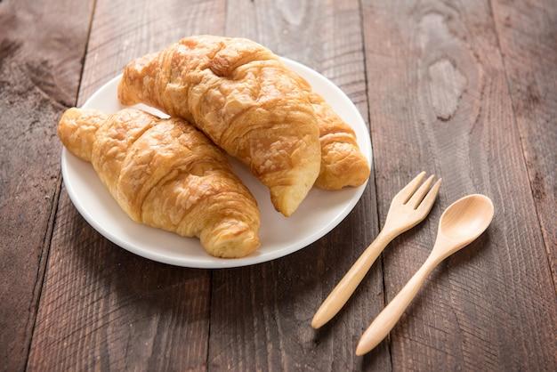 Verse gebakken croissants op houten lijst