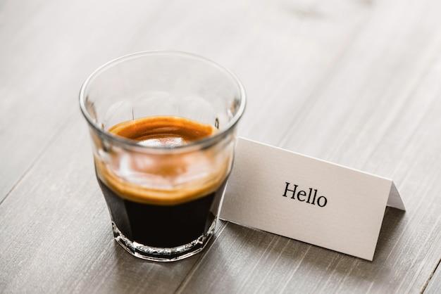 Verse gebrouwen espresso in geschoten glas op houten lijst