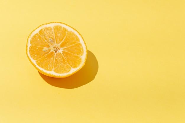 Verse geeloranje citroentangerine op een gele achtergrond