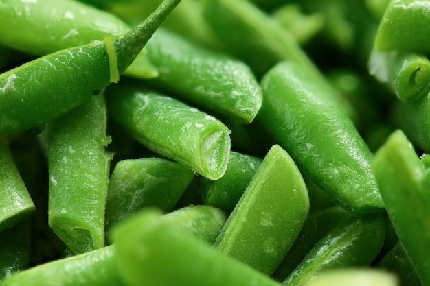 Verse gehakte groene boonpeulen macrofoto als achtergrond