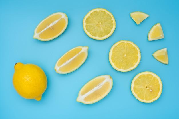 Verse gele citroenen op blauwe tafel
