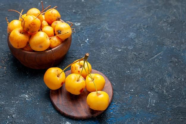 Verse gele kersen rijp en zoet fruit geïsoleerd op donker, fruit bes vers