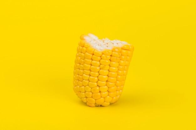 Verse gele maïs geïsoleerd op geel