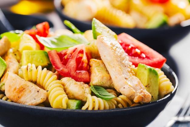 Verse gemaakte italiaanse deegwarensalade met kip