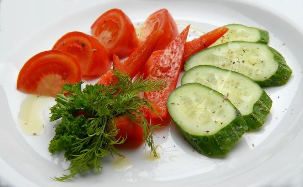 Verse gemengde groenten op een plaat gegoten olie