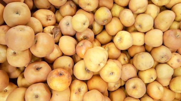 Verse geplukte gele appelenachtergrond in het oogstseizoen