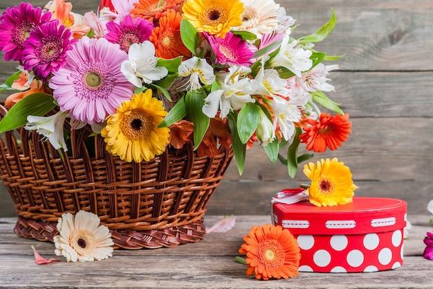 Verse gerberabloemen op houten muur