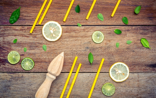 Verse gesneden citroen en pepermuntbladerenopstelling op sjofele houten achtergrond.
