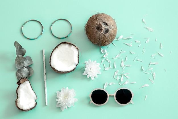 Verse gespleten kokosnoot op een blauwe achtergrond.
