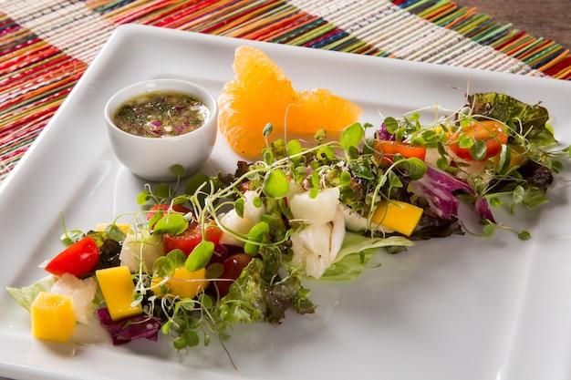 Verse gezonde groente- en fruitsalade