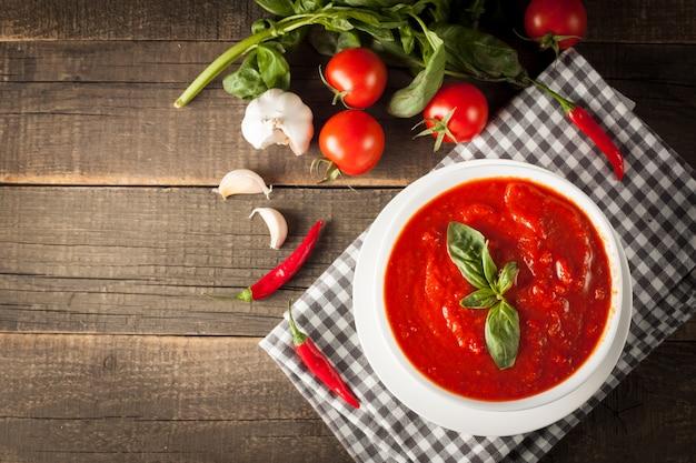 Verse, gezonde tomatensoep met basilicum, peper, knoflook, tomaten en brood. spaanse gazpacho soep.