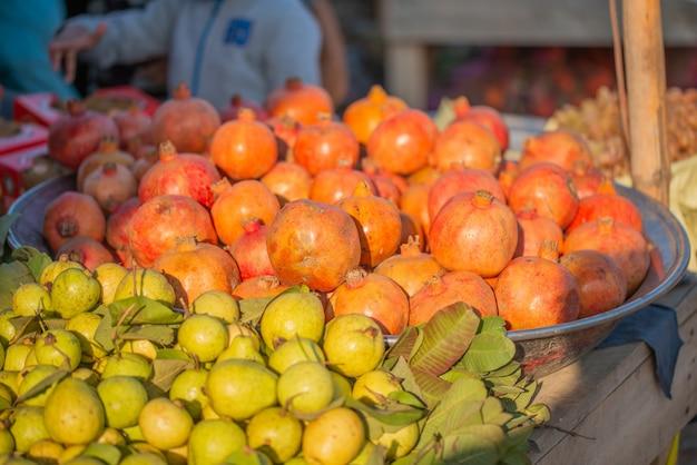 Verse granaatappel en guave worden op de markt tentoongesteld