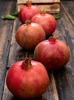 Verse granaatappel met mand op houten tafel