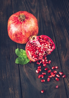 Verse granaatappel op de houten tafel