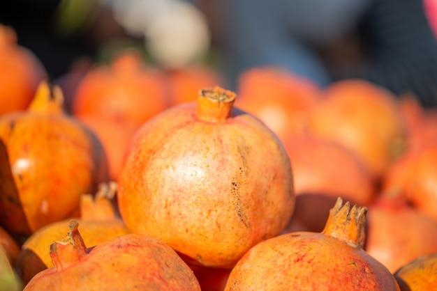 Verse granaatappel wordt weergegeven in de markt