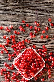 Verse granaatappelpitjes op de keukentafel