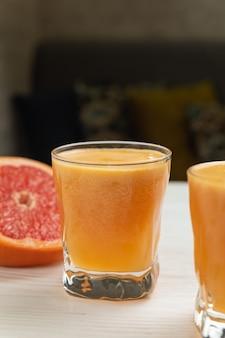 Verse grapefruit op een witte houten tafel