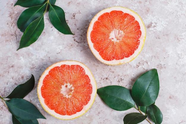 Verse grapefruit op lichte ondergrond, bovenaanzicht
