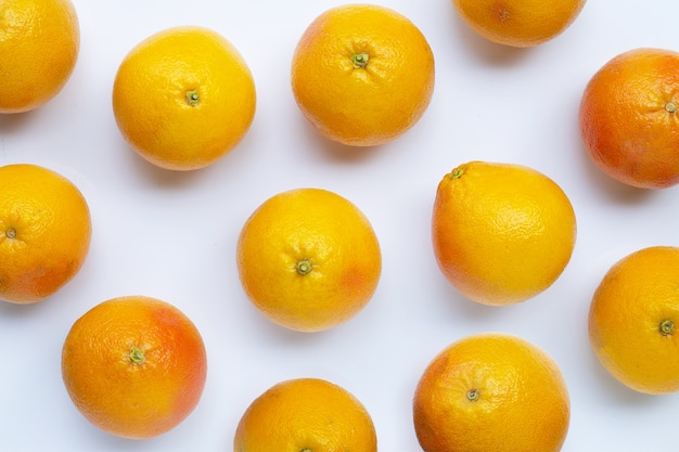 Verse grapefruit op witte achtergrond. bovenaanzicht