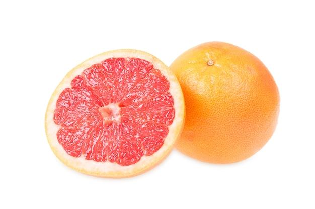 Verse grapefruits geïsoleerd op wit