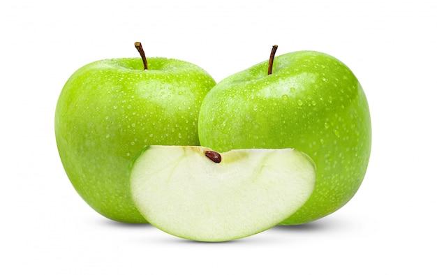 Verse groene appel die met waterdaling wordt geïsoleerd