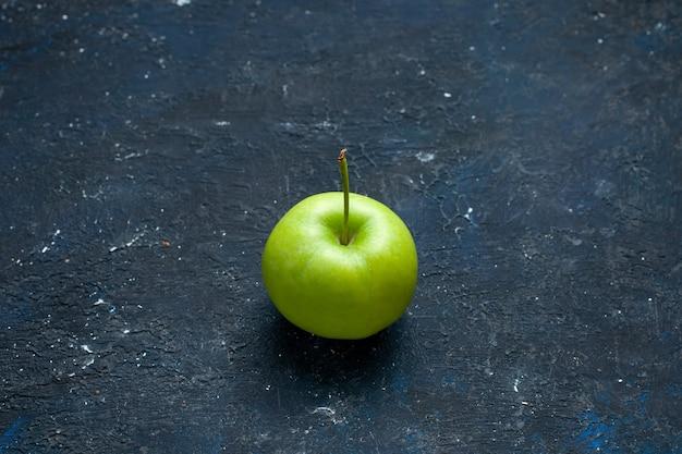 Verse groene appel geïsoleerd op een donker bureau