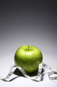 Verse groene appel met meetlint