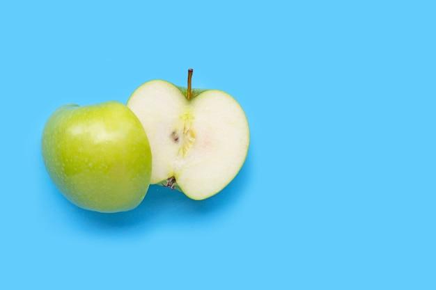Verse groene appel op blauwe achtergrond. kopieer ruimte