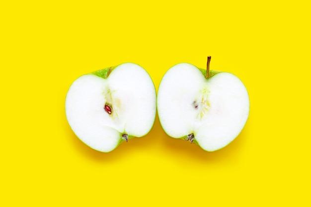 Verse groene appel op gele achtergrond. bovenaanzicht