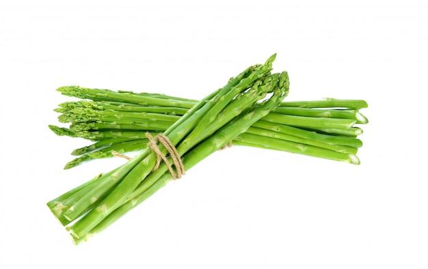 Verse groene asperges op een witte achtergrond