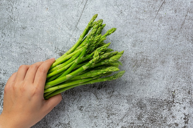 Verse groene asperges op oude donkere achtergrond