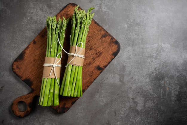 Verse groene asperges op tafel.