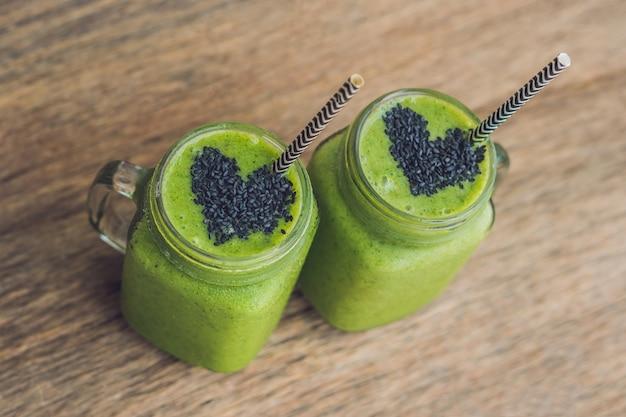 Verse groene bananensmoothie met spinazie en sesamzaadharten
