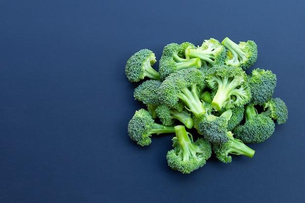 Verse groene broccoli op blauw.