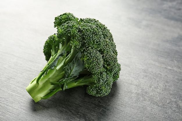 Verse groene broccoli op tafel