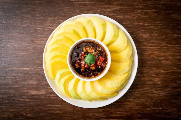 Verse groene en gouden mango met dipsaus van zoete vissaus - aziatische stijl