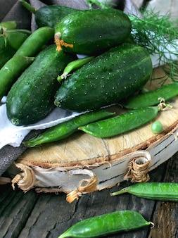Verse groene erwten en komkommers