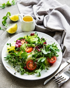 Verse groene gemengde salade met tomaten en microgreens