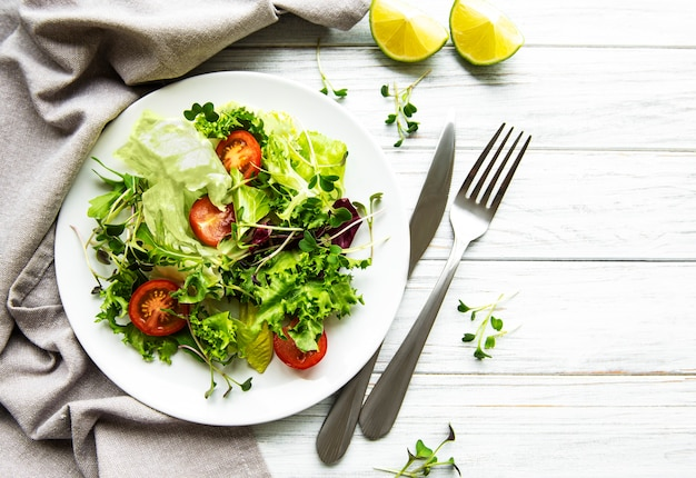 Verse groene gemengde slakom met tomaten en microgreens