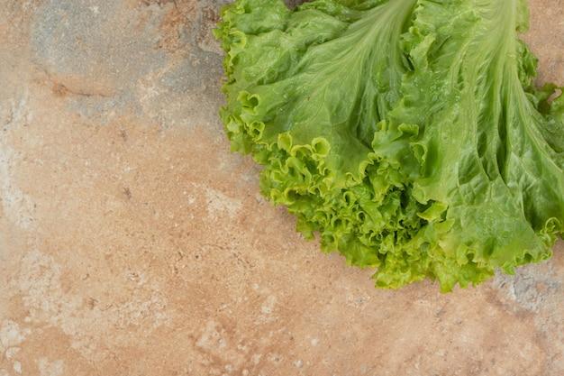 Verse groene groente op marmeren oppervlak