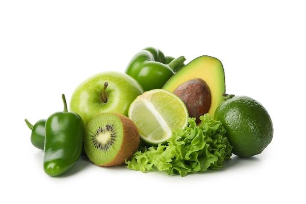 Verse groene groenten en fruit geïsoleerd op wit