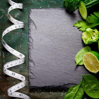 Verse groene groenten en meetlint