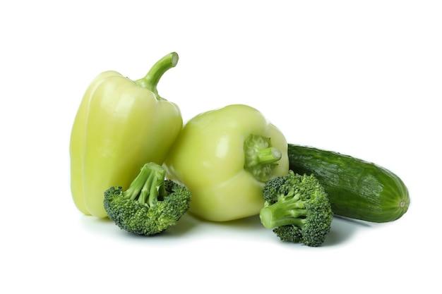 Verse groene groenten geïsoleerd op een witte achtergrond
