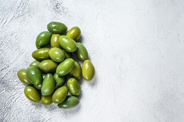 Verse groene grote olijven op een tafel