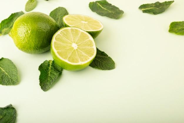 Verse groene limoenen op een pastel achtergrond