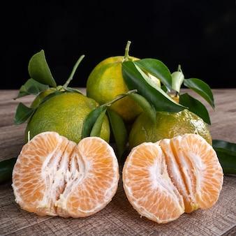 Verse groene mandarijn mandarijn met verse bladeren.