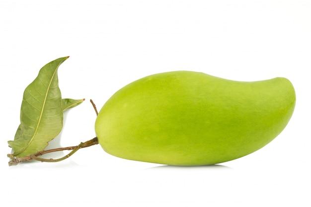 Verse groene mango die op witte achtergrond wordt geïsoleerd