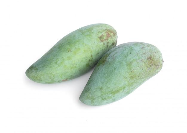 Verse groene mango's die op wit worden geïsoleerd