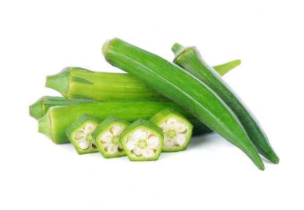 Verse groene okra die op witte achtergrond wordt geïsoleerd