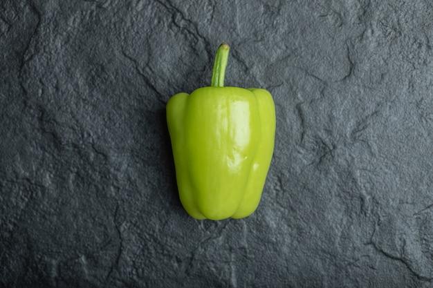 Verse groene paprika op zwart.